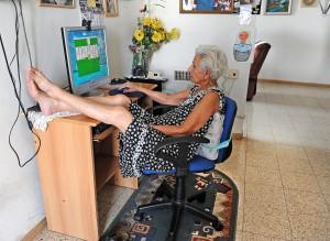 אמא מול המחשב